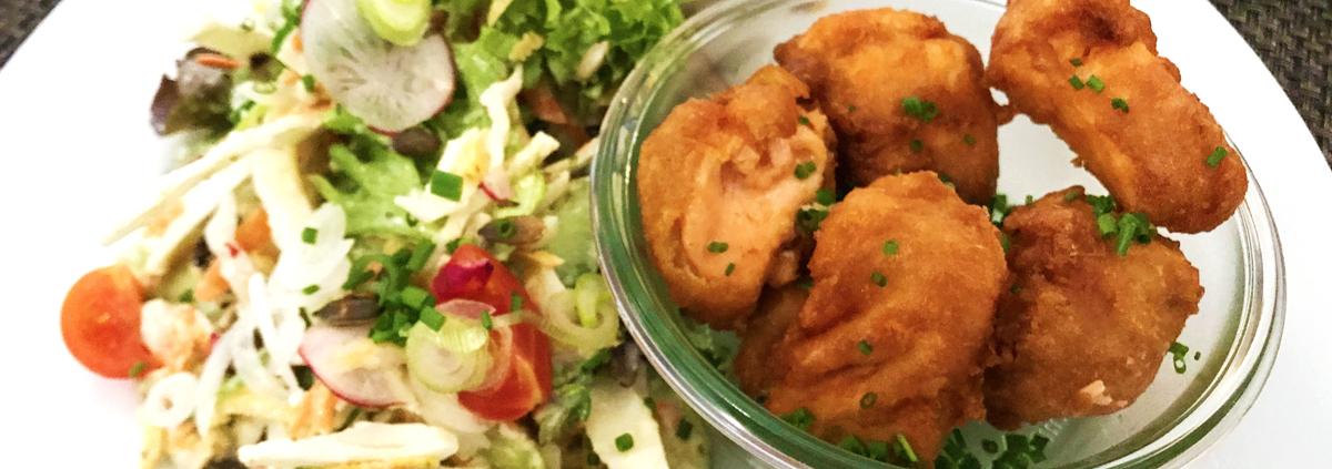 Salatplatte mit Lachsknusperle
