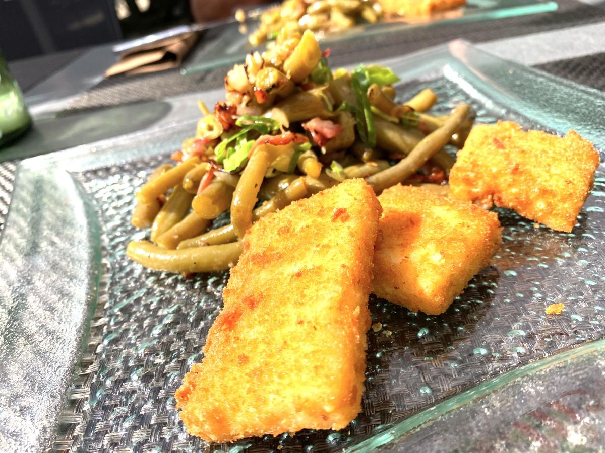 Bohnensalat mit paniertem Fetakäse